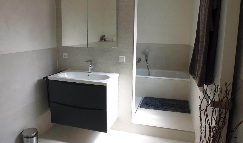 Badsanierung in Kleve mit Stufe im Badezimmer