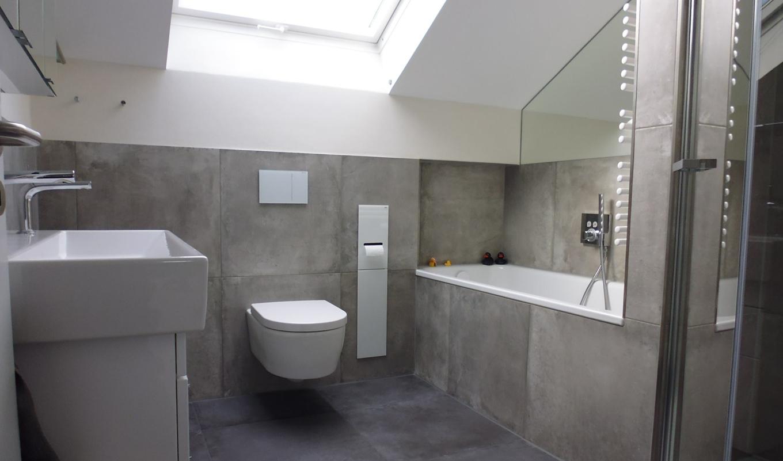 Badsanierung Bad mit Dachschräge und Naturtönen