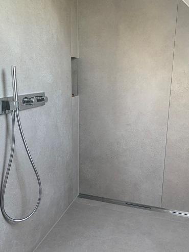 Badreferenz Detail Dusche mit Duschrinne