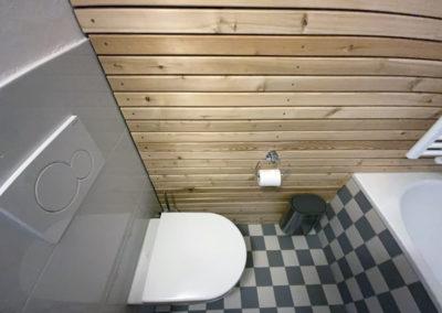 Gestaltung Kellerbad mit Holz und Fliesen