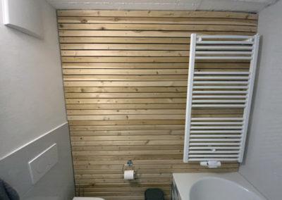 Die Holzverkleidung im Referenz- Kellerbad