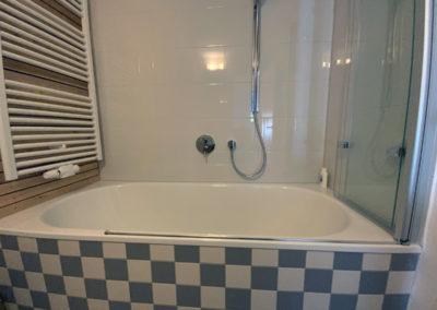 Badewanne mit Dusche im sanierten Kellerbad